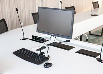 Connectique intégrée - table de réunion sur mesure