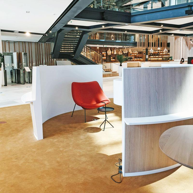 Aménagement de l'espace de réception - Revêtement mural en Solid Surface